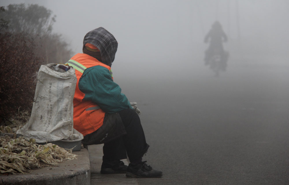 初春的大雾频繁地侵袭着港城,虽然看不清前方,但可以一点一点扫清前方的路。