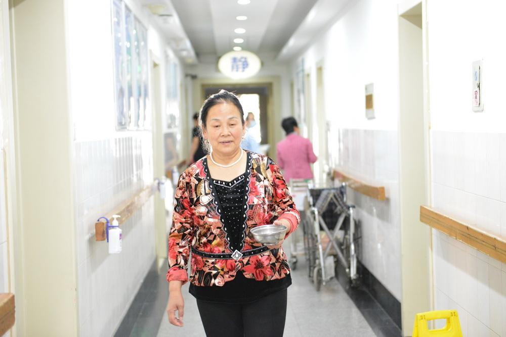 """中国早已进入老龄化社会,而养老事业的发展才刚刚起步,对于老年人的关爱,需要全社会的关注。在医院、住家中,也有一位""""天使""""在奉献,他们是半个儿子,半个女儿。"""