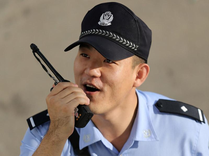 李俊宏通过对讲机与战友进行工作沟通.JPG