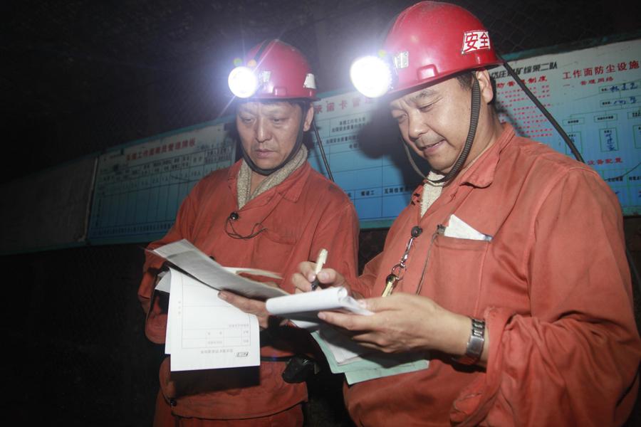 在工作面轨道顺槽,李光照和交办人员填写完交办记录后开始一班的检查工作。