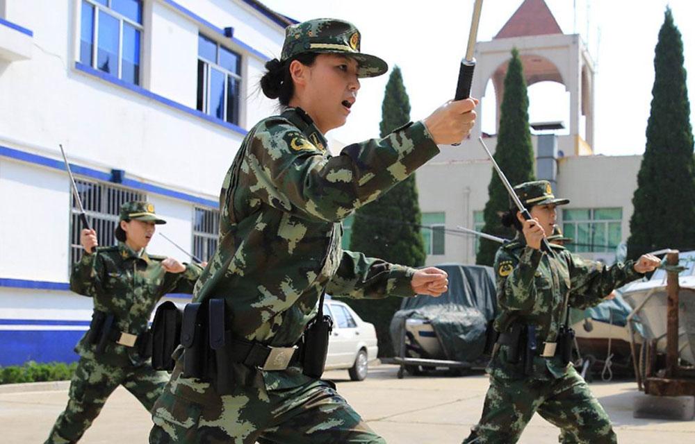 """2014年5月1日上午,由烟台边防支队女民警组成的市区首支""""女警巡逻队""""正式成立,一身橄榄绿警服成为一道亮丽的风景线。"""