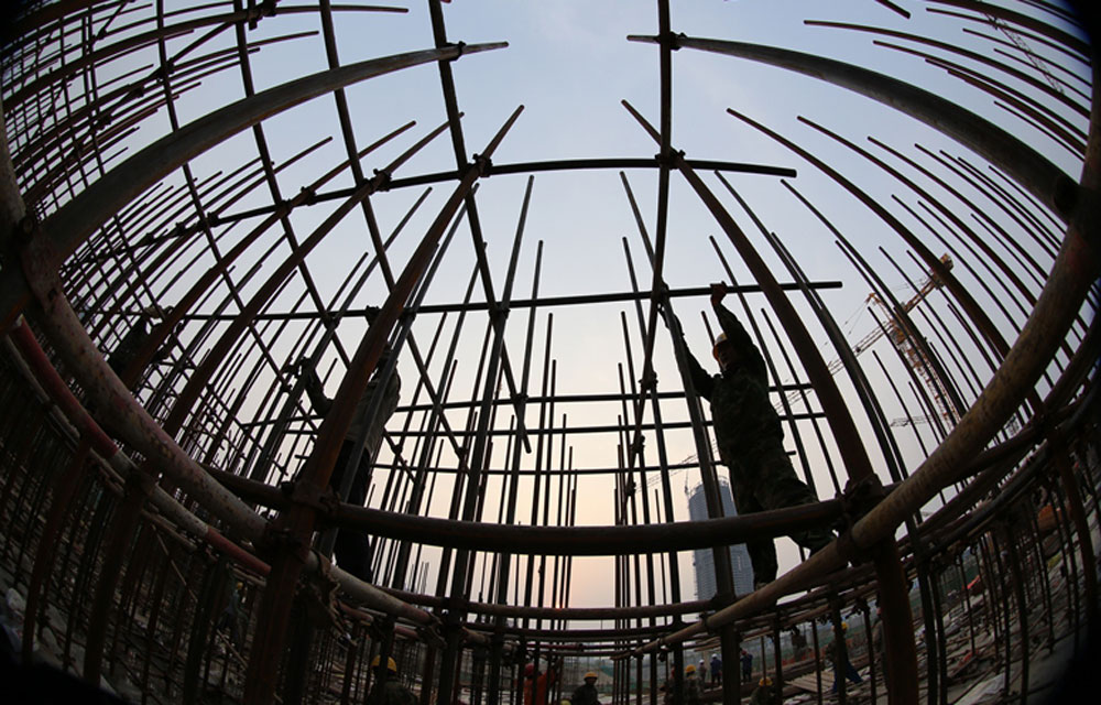 2014年5月1日,日照市,位于世帆基地的兴业喜来登广场建筑工地,建筑工人正在绑扎脚手架。