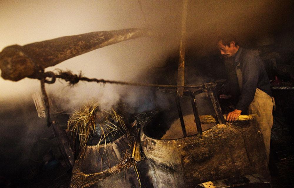 日照市一村庄内,采用老手艺压榨花生油的油坊。