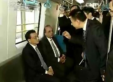 李克强在巴西参观体验中国产地铁列车
