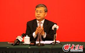 郭树清鼓掌欢迎前来采访的记者