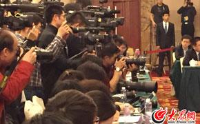郭树清省长一出现便引起现场记者们一阵狂拍