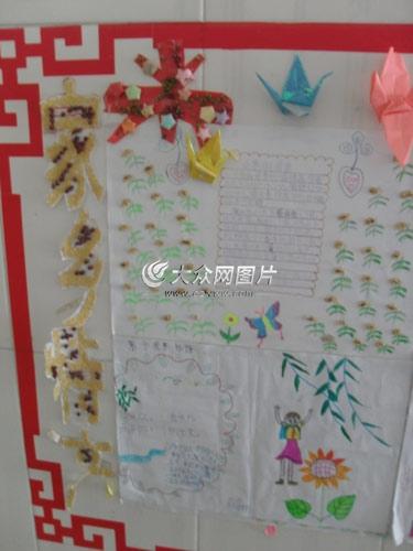 """手抄报也有着浓浓的乡村特色,""""家乡特产""""栏目,三年级的小诺用小米和"""