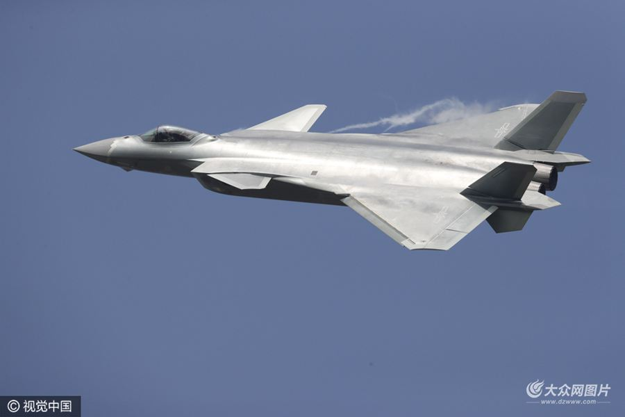 11月1日,广东珠海,空军试飞员驾驶两架歼-20飞机进行飞行展示,这是中国自主研制的新一代隐身战斗机首次公开亮相。当日,为期六天的第十一届中国航展在珠海开幕。