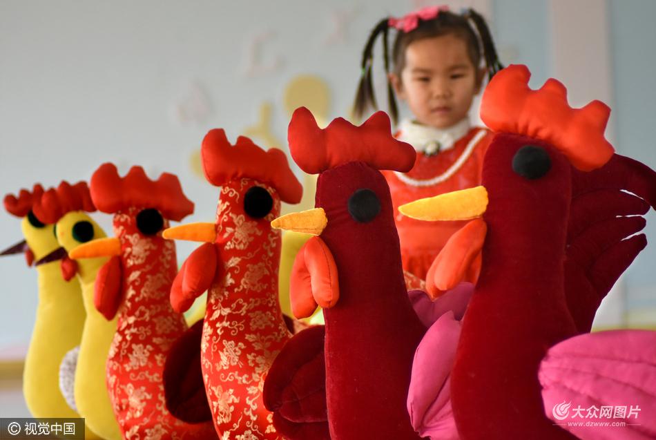 沂源小学生低碳制作布艺鸡快乐迎新年