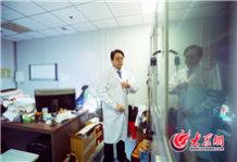 早上7点50分,齐鲁医院副院长陈玉国像往常一样,准时出现在办公室,实际上陈玉国凌晨才从上海返回济南。.jpg