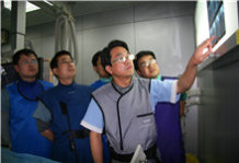 陈玉国正与医生们分析病人的病情。.JPG
