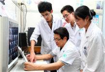 陈玉国在急诊室培训指导年轻医生。.jpg