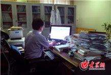 从2000年带硕士开始,陈玉国16年间共带过六十几个人。他的门生遍布山东17市,在徐州、江苏、温州等省外城市也不少,目前在国内小有名气的齐鲁医院急诊科常务副主任徐峰就是他的得意门生。.jpg