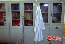 白大褂、听诊器挂在办公室最显眼的位置。.jpg
