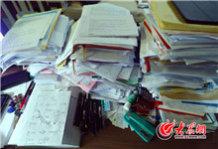 在陈玉国的办公室工作台上,摆满了各种资料。.jpg