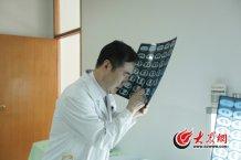 conew_一张ct片子上能反映出很多问题,高大川最常做的动作就是掏出放大镜,仔仔细细研究患者的ct检查结果。.jpg