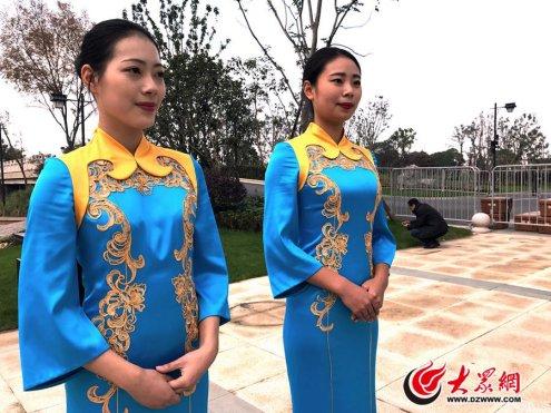 1、第三届世界互联网大会互联网之光博览会开幕前,2名志愿者身着旗袍,显得格外端庄优雅。大众网记者 樊思思 摄.jpg