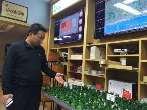 1、凤岐茶社总经理傅骞向大众网记者介绍孵化乌镇传统企业、为其植入互联网和物联网的过程。.jpg