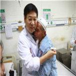 吐尔孙・艾力开心的扑到张晗主任怀里.JPG