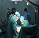 7王若义正在为患者治疗。.JPG