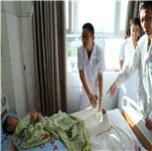 4王若义在检查第一例手术患者刘敬的恢复情况。.JPG