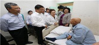 3出席启动仪式的领导和嘉宾来到县医院眼科病房看望术后的白内障患者。杨博 摄影.JPG
