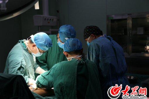 8当地医院的医生在手术台旁仔细学习。.JPG