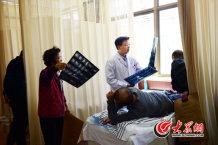 14、每天,专程来找师彬看病的患者络绎不绝。每个患者师彬都亲自检查诊疗。大众网记者 王长坤 摄.jpg