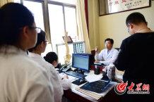 15、师彬在为患者讲解时也言传身教,带出一支医术、医德都过硬的团队来。大众网记者 王长坤 摄.jpg