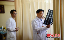 10、师彬细细分析CT片,对几乎每个患者的情况都心中有数。大众网记者 王长坤 马俊骥 摄.jpg
