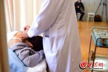 11、师彬为一名患者用刃针治疗。大众网记者 王长坤 摄.jpg