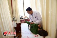 12、师彬在为一位患者进行正骨治疗。.jpg