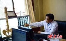 9、师彬结合人体脊柱模型,对照CT片向患者讲解病变原因,分析症状,提出诊疗方案,患者们多是一边听着一边频频点头。大众网记者 王长坤 马俊骥 摄.jpg