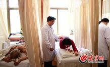6、几乎每个到山东省医学科学院颈肩腰腿痛医院就诊的患者都会被师彬亲自诊疗。大众网记者 王长坤 马俊骥 摄.jpg