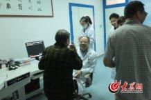 conew_不少患者和他俨然早已成为老友,和他开上一两句玩笑,引得大家会心一笑。记者 王长坤 马俊骥 摄.jpg
