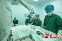 conew_5月5日下午,史伟云为病人做板层角膜移植术。史伟云最多时一天要做30台手术,医院13的手术是由他亲自来做。大众网记者 王长坤 马俊骥 摄.jpg