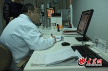 conew_无论什么样的病人走进诊室,史伟云都是一视同仁,尽心诊疗。记者 王长坤 马俊骥 摄.jpg