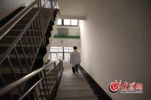 conew_院长办公室在7楼,病房在11楼,史伟云径直走向楼梯间,快步地爬着楼梯,病房检查室内,已经有患者等着他了。记者 王长坤 马俊骥 摄.jpg