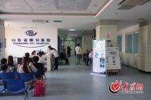 conew_5月5日上午,山东省眼科医院门诊外,来此诊疗的患者们等候在走廊的长椅上。记者 王长坤 马俊骥 摄.jpg