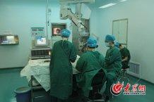 conew_5月5日下午,史伟云为双眼并发性白内障病人做手术。记者 王长坤 马俊骥 摄.jpg