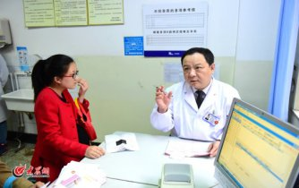conew_王谢桐给患者讲解。大众网记者 王长坤 马俊骥 摄.jpg