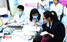 conew_王谢桐的助手在解答患者问题。大众网记者 王长坤 马俊骥 摄.jpg