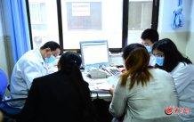 conew_繁忙的诊室里,王谢桐接诊,助手也要负责解答患者的一些疑问。大众网记者 王长坤 马俊骥 摄.jpg