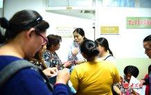 conew_4月25日,星期一,王谢桐在山东省立医院西院区坐诊的日子,作为全省乃至全国首屈一指的产科专家,大批患者慕名而来。大众网记者 王长坤 马俊骥 摄.jpg