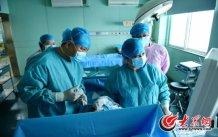 conew_正在做减胎手术的王谢桐(前排左一)。2011年,他在国内率先开展射频消融减胎术,解决了复杂性双胎的减胎问题。大众网记者 王长坤 马俊骥 摄.jpg