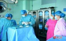 conew_4月25日中午,王谢桐利用中午时间做一台减胎手术。大众网记者 王长坤 马俊骥 摄.jpg