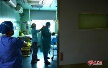 4月25日中午,王谢桐在为一台减胎手术做准备。大众网记者 王长坤 马俊骥 摄.jpg