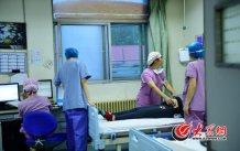 山东省立医院产科已经成为省内本专业规模最大的学科之一,是卫生部批准的首批国家临床重点专科建设单位,是目前省内唯一产科国家临床重点专科和省内唯一产科学博士点。图为产房里,医生护士在为一名孕妇做检查。
