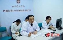 4月25日下午5:00左右,王谢桐结束了在诊室的坐诊,又赶到医院产前诊断中心远程遗传咨询门诊为临沂和寿光的两位高危孕妇接诊。大众网记者 王长坤 马俊骥 摄.jpg