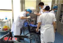 5月19日,山大二院神经外科的医生们为一位马上要接受伽玛刀治疗的小患者测量头部数据。大众网记者 马俊骥 王长坤 摄.jpg